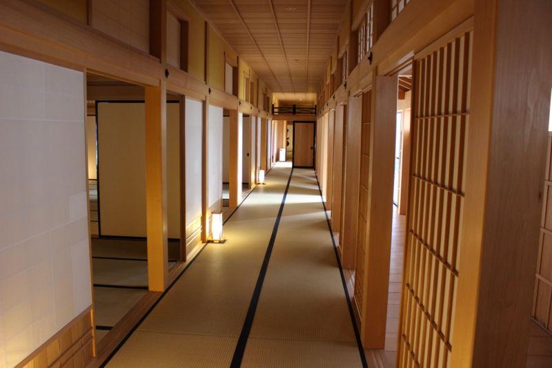 箱館奉行所内の長い廊下