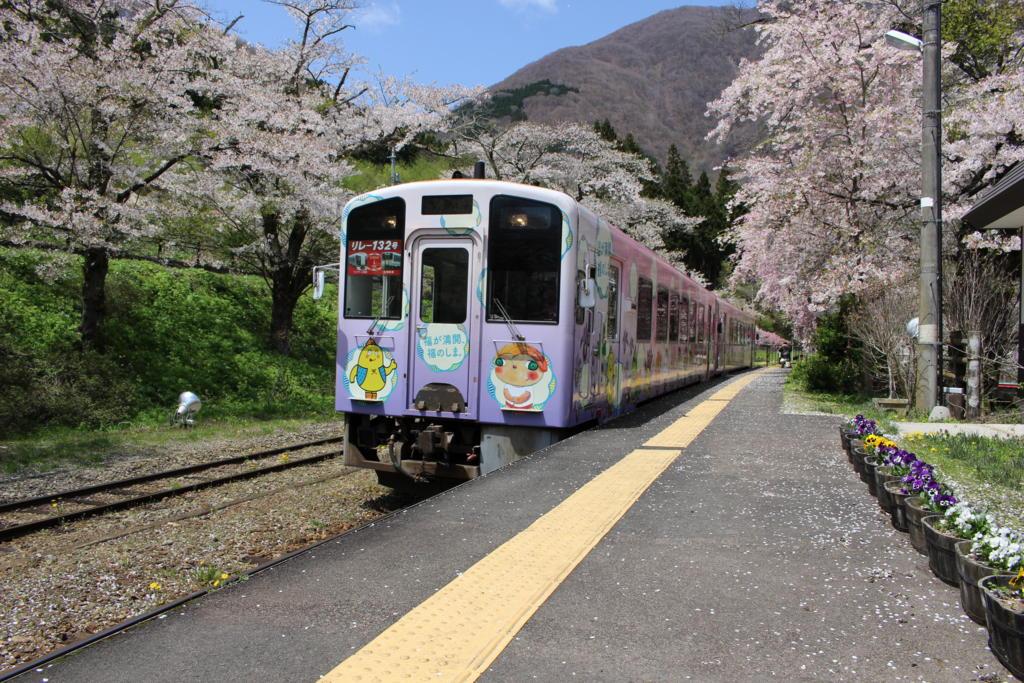 湯野上温泉駅に入ってくる会津鉄道の気動車