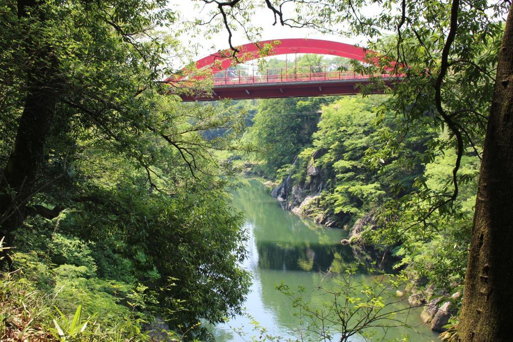 遊歩道から見上げた高津戸橋