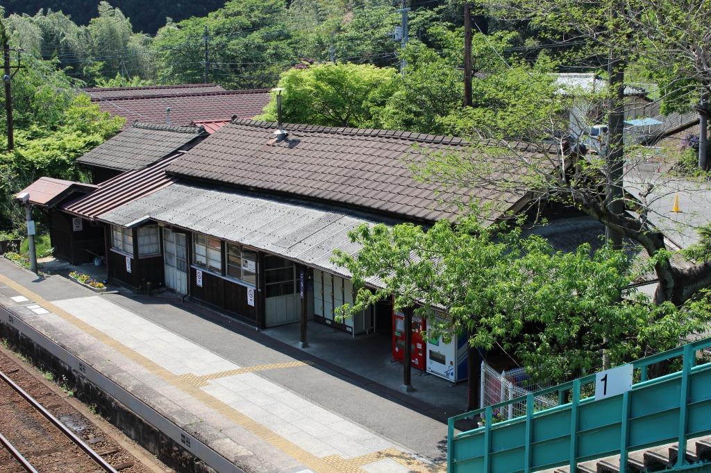 跨線橋から見た神戸駅の駅舎