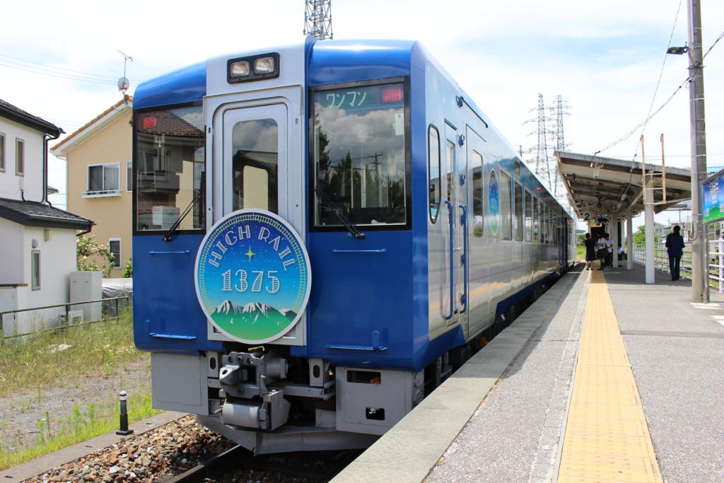 高原路線、小海線を走る観光列車「HIGH RAIL 1375」(JR東日本)