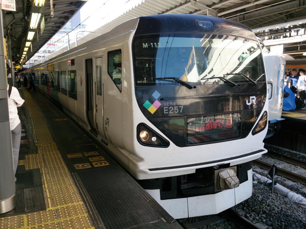 新宿駅に停車中のあずさ53号