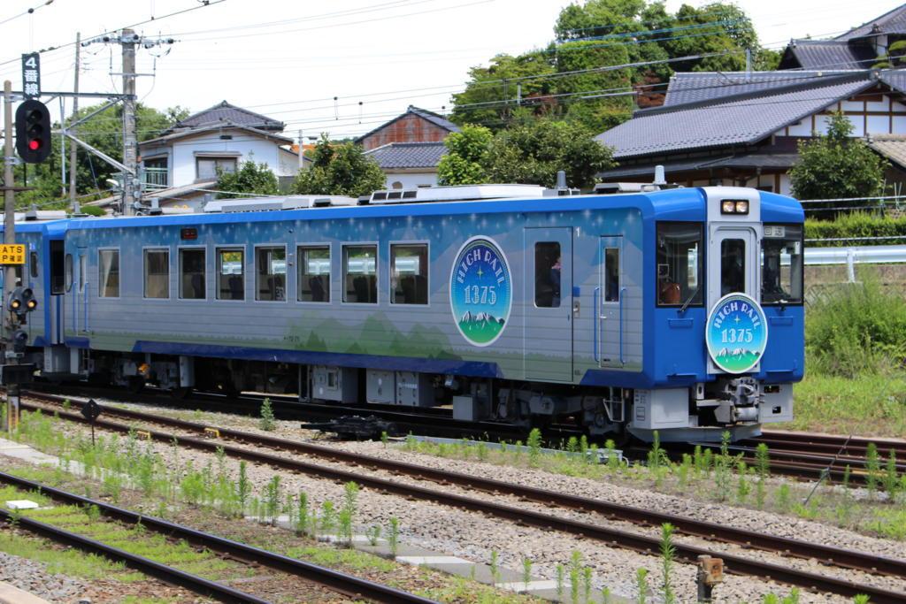 小淵沢駅に入線するHIGH RAIL 1375