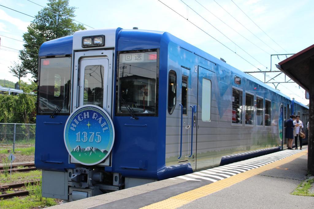 小淵沢駅に停車中のHIGH RAIL 1375