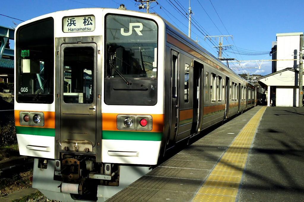 興津始発 浜松行きの電車 始発駅の興津から乗車がおすすめです