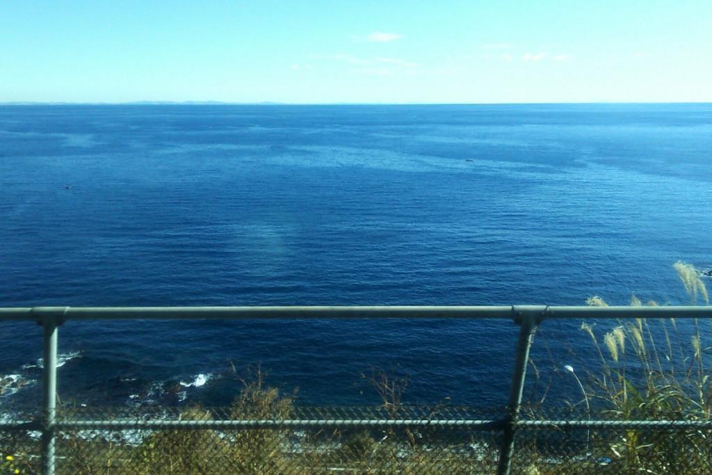 根府川付近の車窓 海のすぐそばを通ります