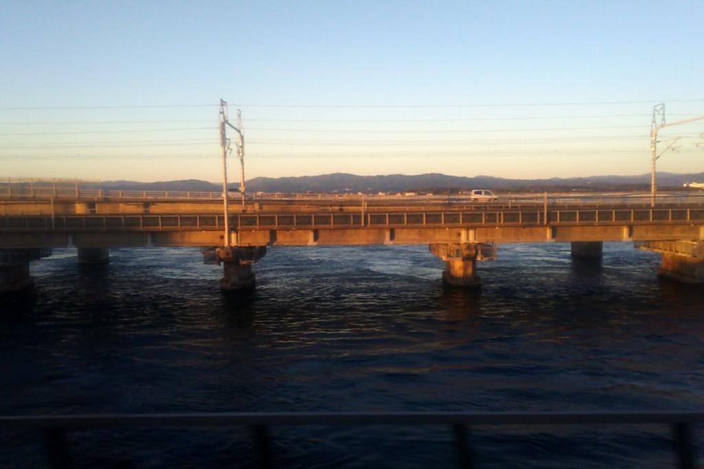 夕暮れの浜名湖を渡る 写っているのは新幹線の橋