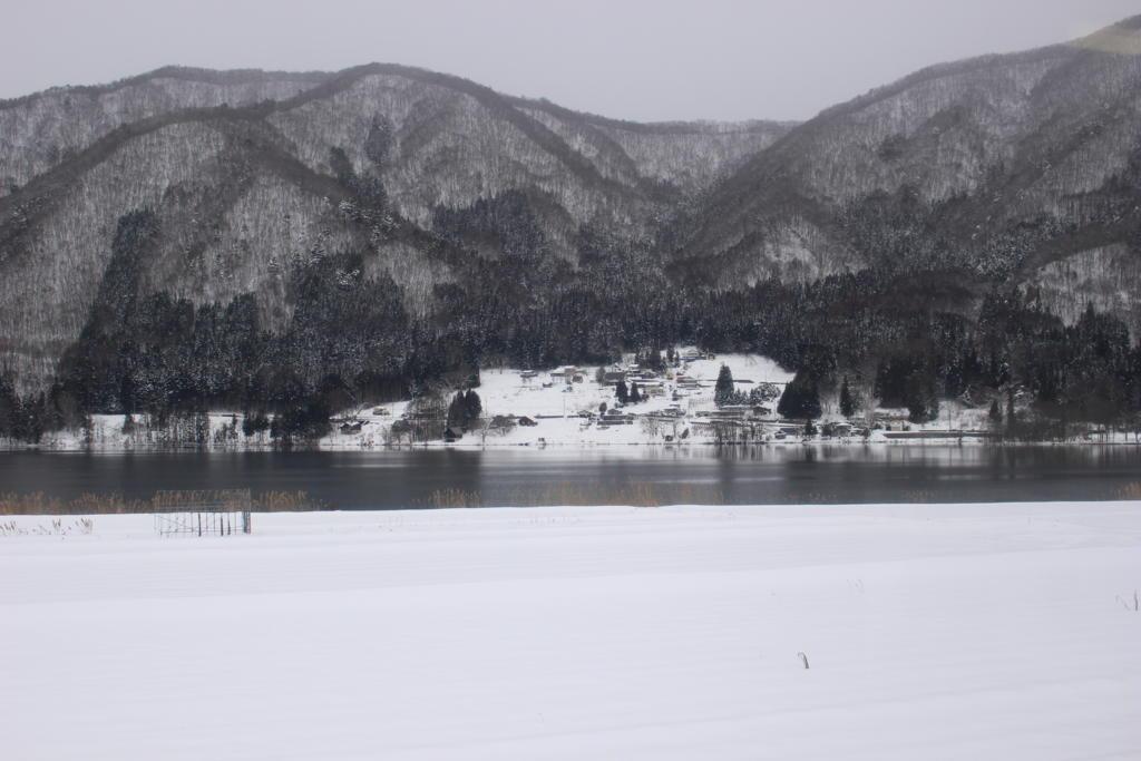 冬の仁科三湖はモノトーンの世界