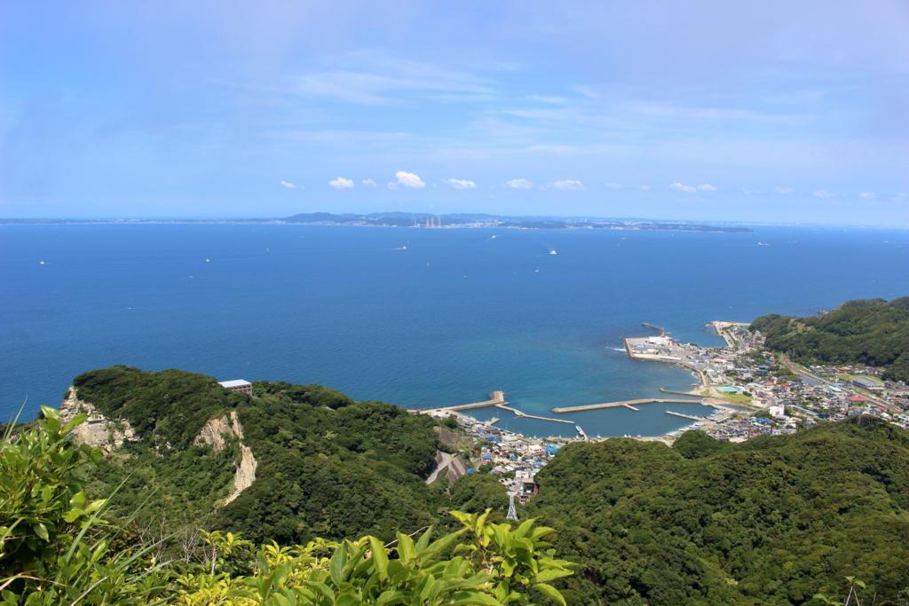 浦賀水道の向こうに三浦半島を望みます