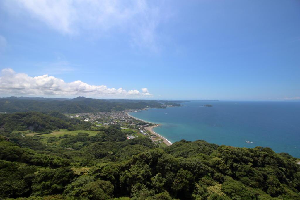 青空と碧い海が夏を感じさせます(広角レンズにて)