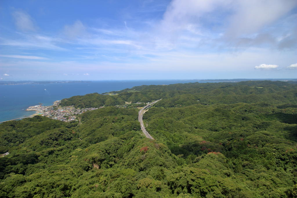 房総半島の低山の向こうに東京湾を眺める