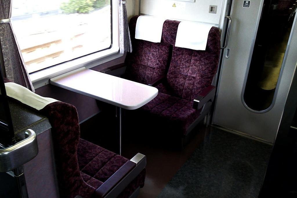 車端部には4人がけのセミコンパートメント席(指定席)があります