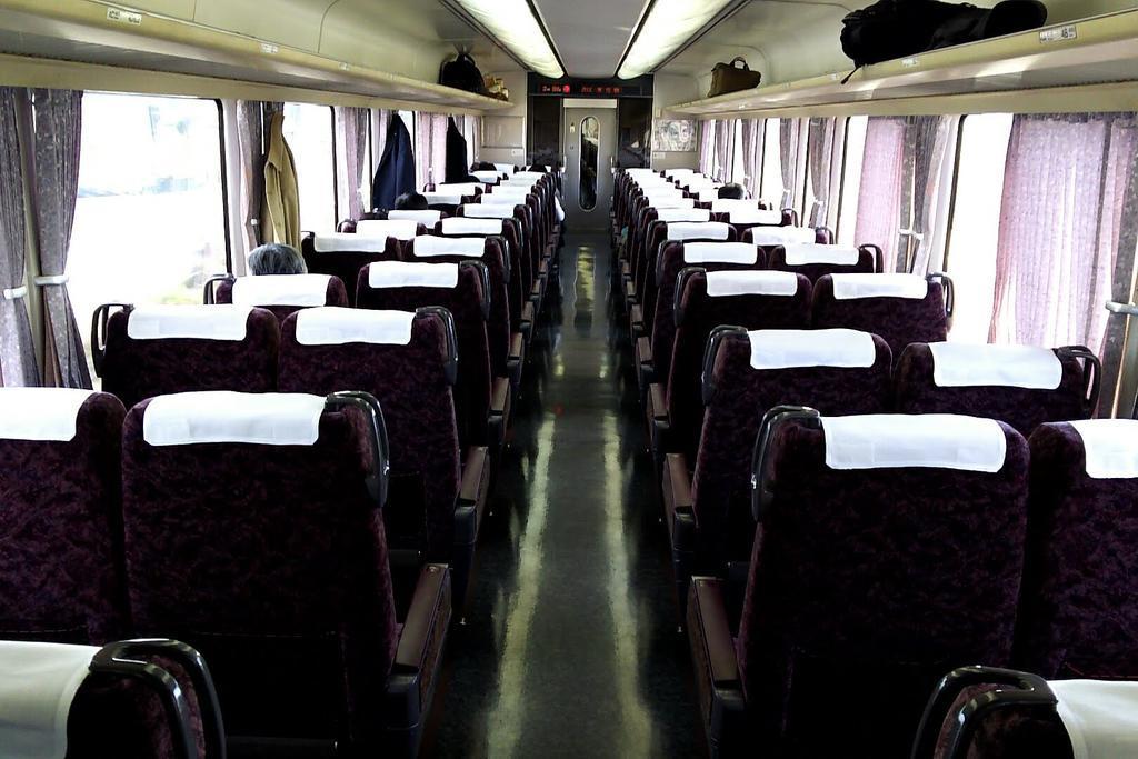 甲府出発直後の車内 自由席はガラガラです
