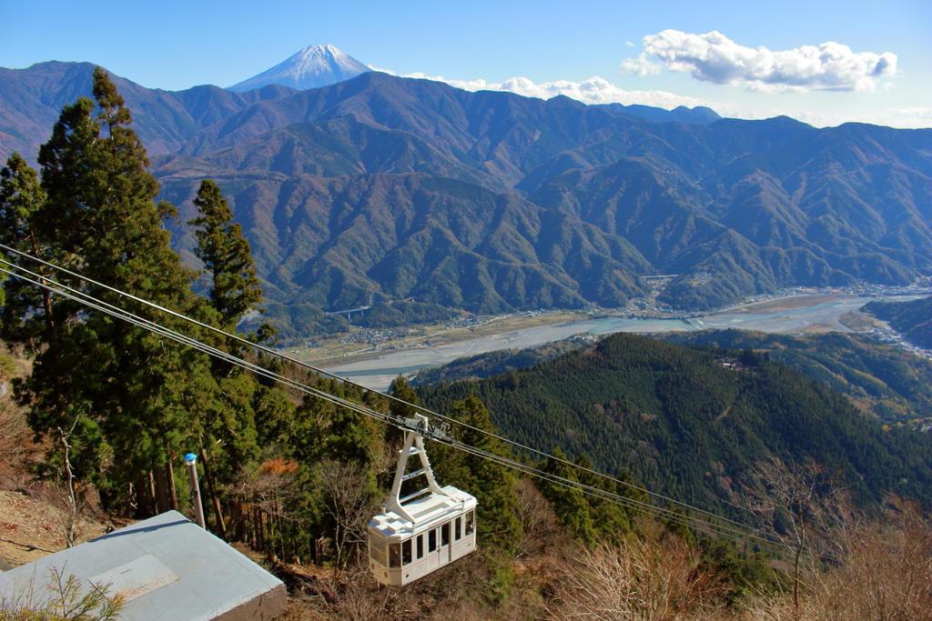 身延山山頂から富士山と富士川、ロープウェイを眺める