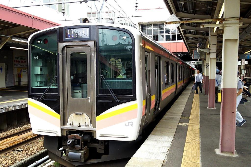 上越国境を走るE129系電車、本数が少ない!