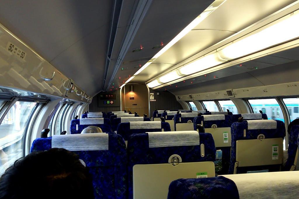 特急の普通車と同等のリクライニングシートが並ぶ普通列車グリーン車