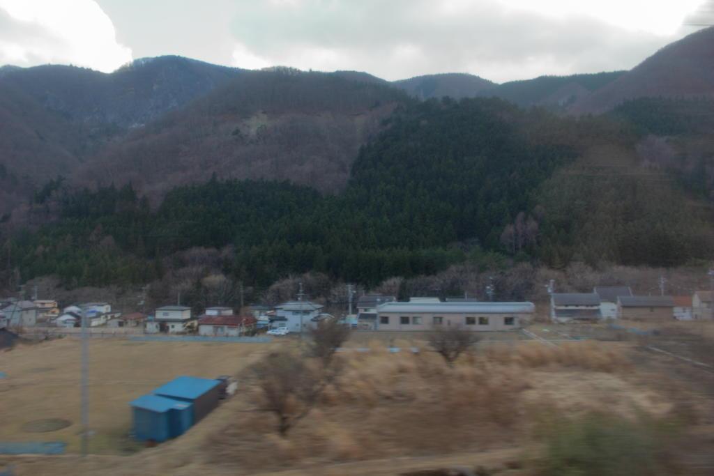 冬枯れの田畑や山々を眺めながら内陸へ