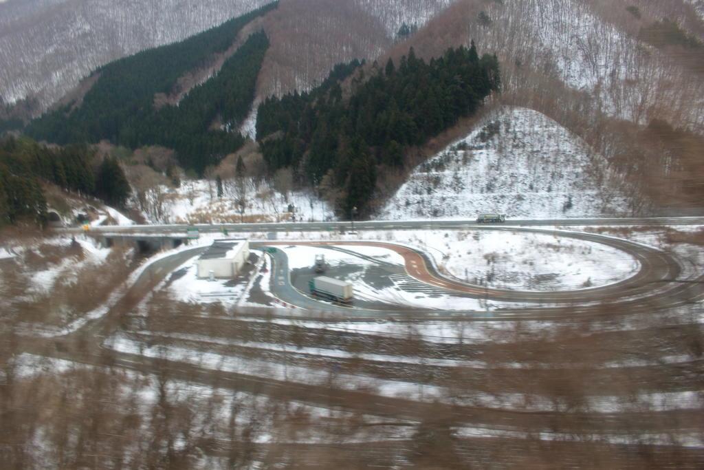 仙人峠を超えると雪景色に