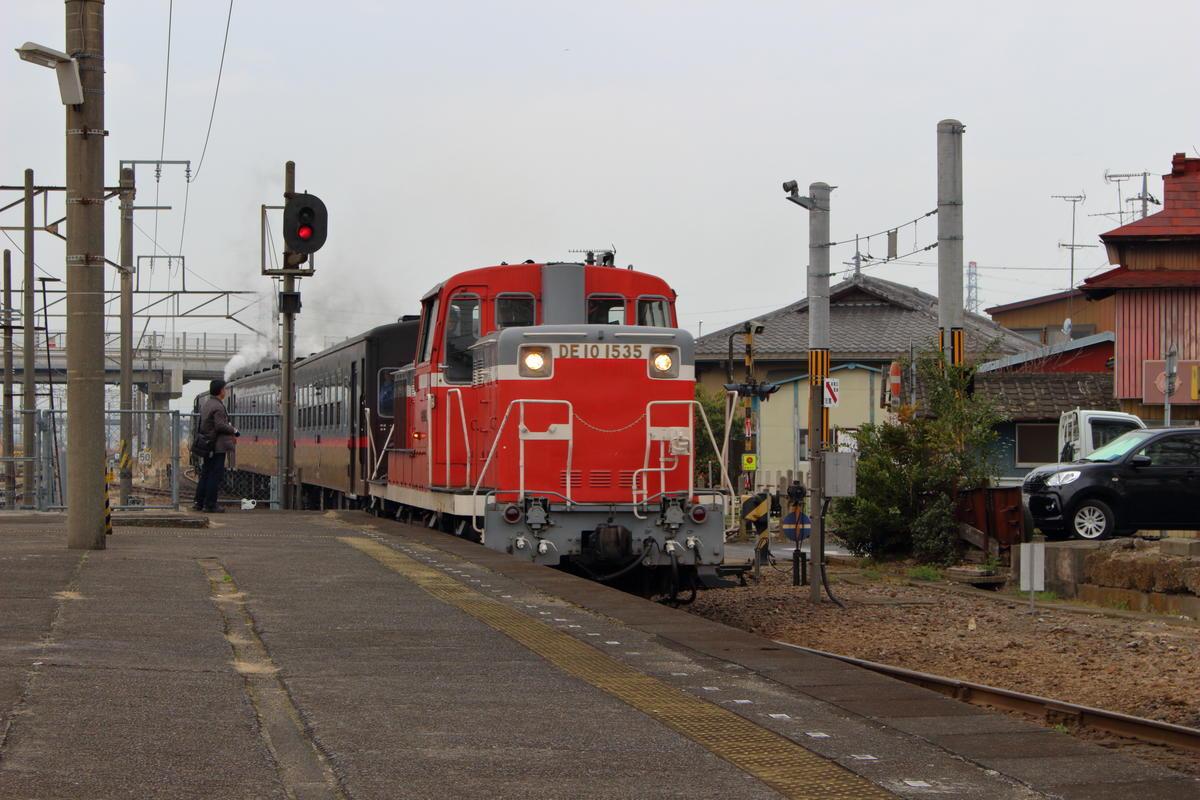 下館駅に入線する「SLもおか」 ディーゼル機関車に牽引されて入線です