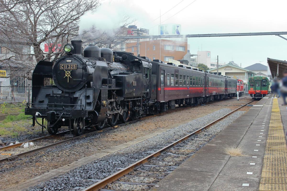 留置線に停車する「SLもおか」の横に普通列車が入ってきました