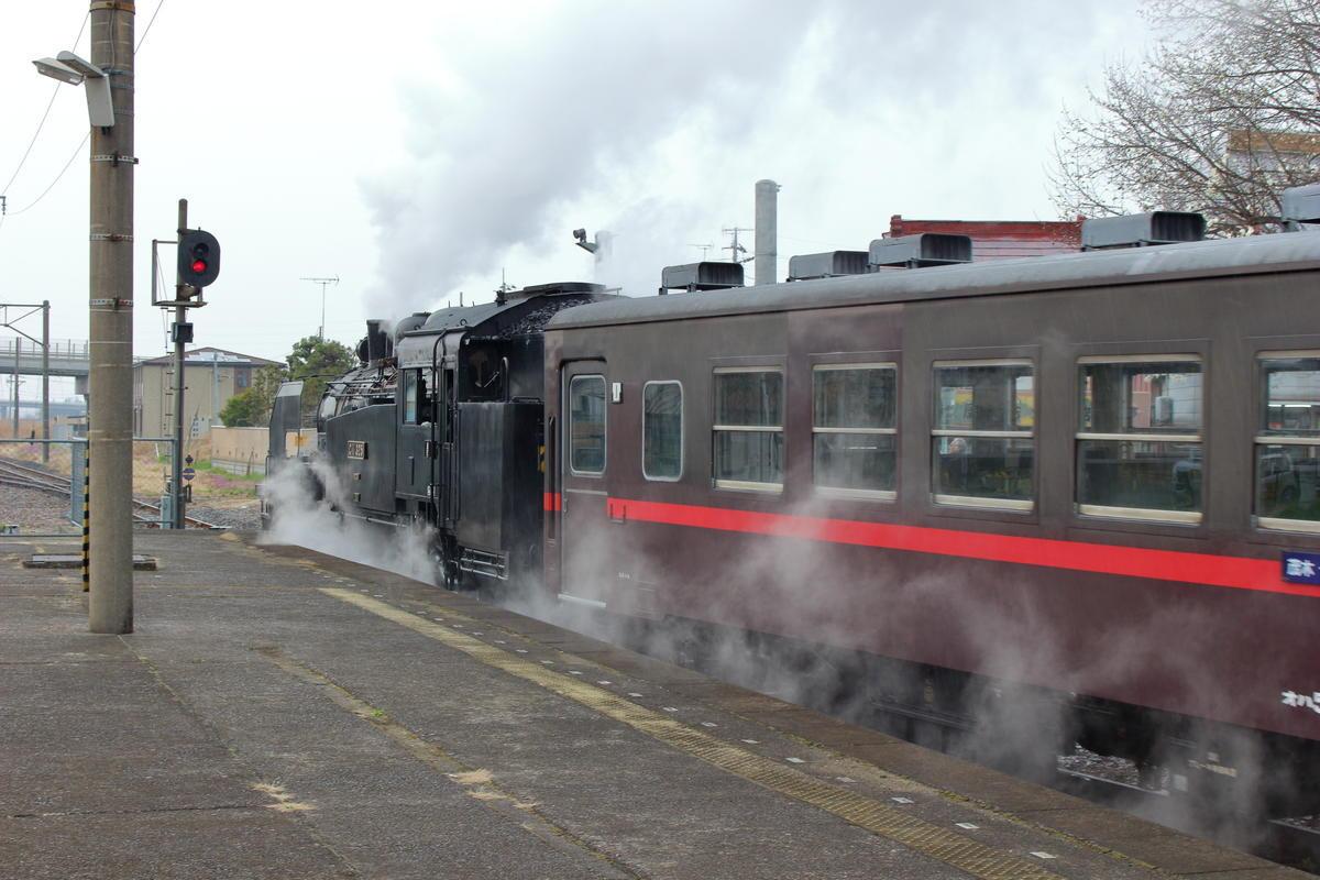 普通列車が発車した後、「SLもおか」は再びホームのあるほうの線路へ