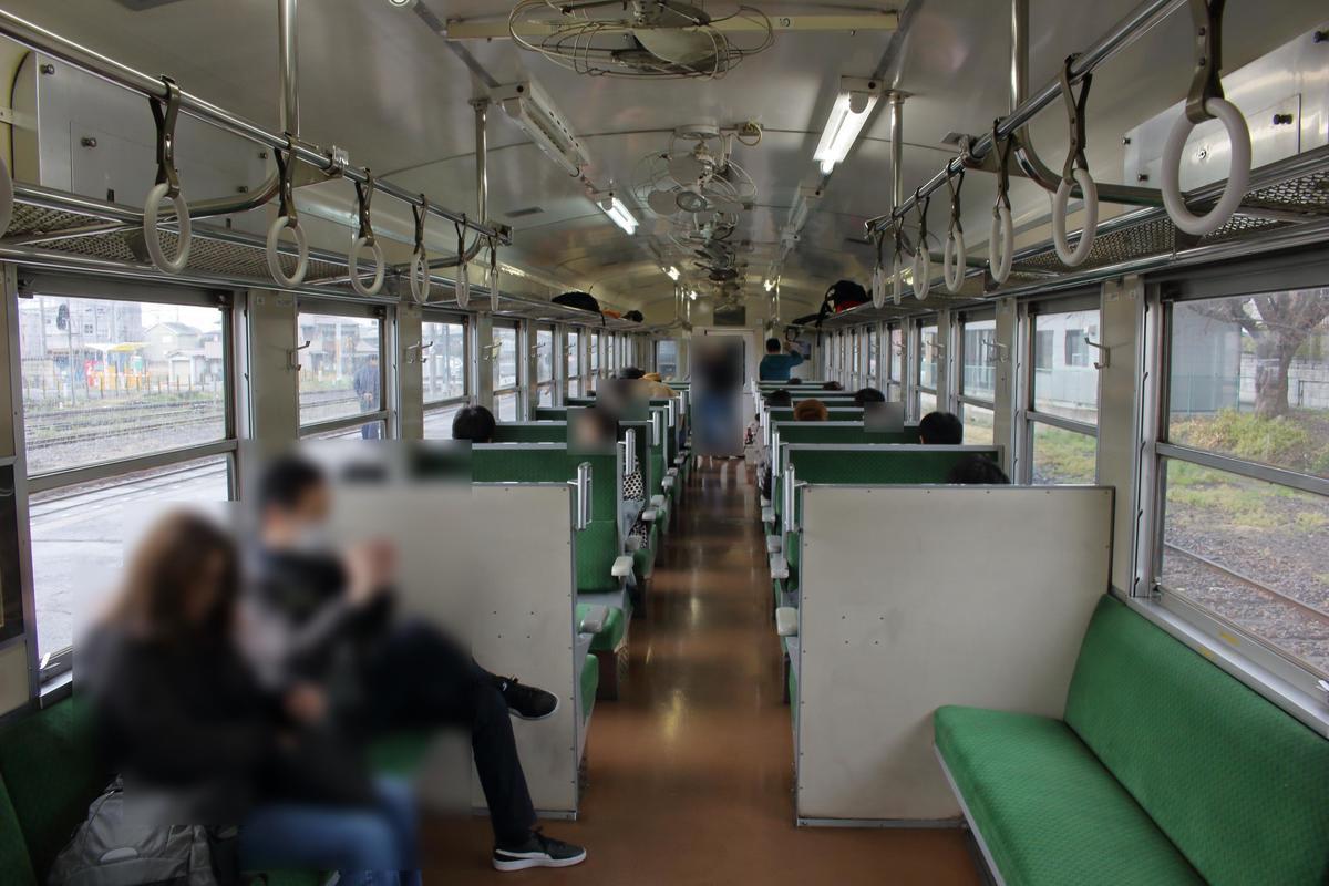 ボックスシートが並ぶ「SLもおか」の50系客車