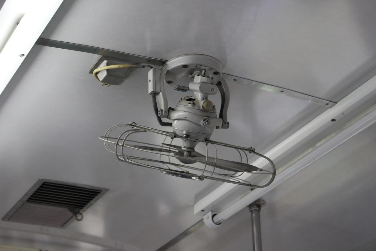 客車には冷房がないため扇風機が取り付けられています