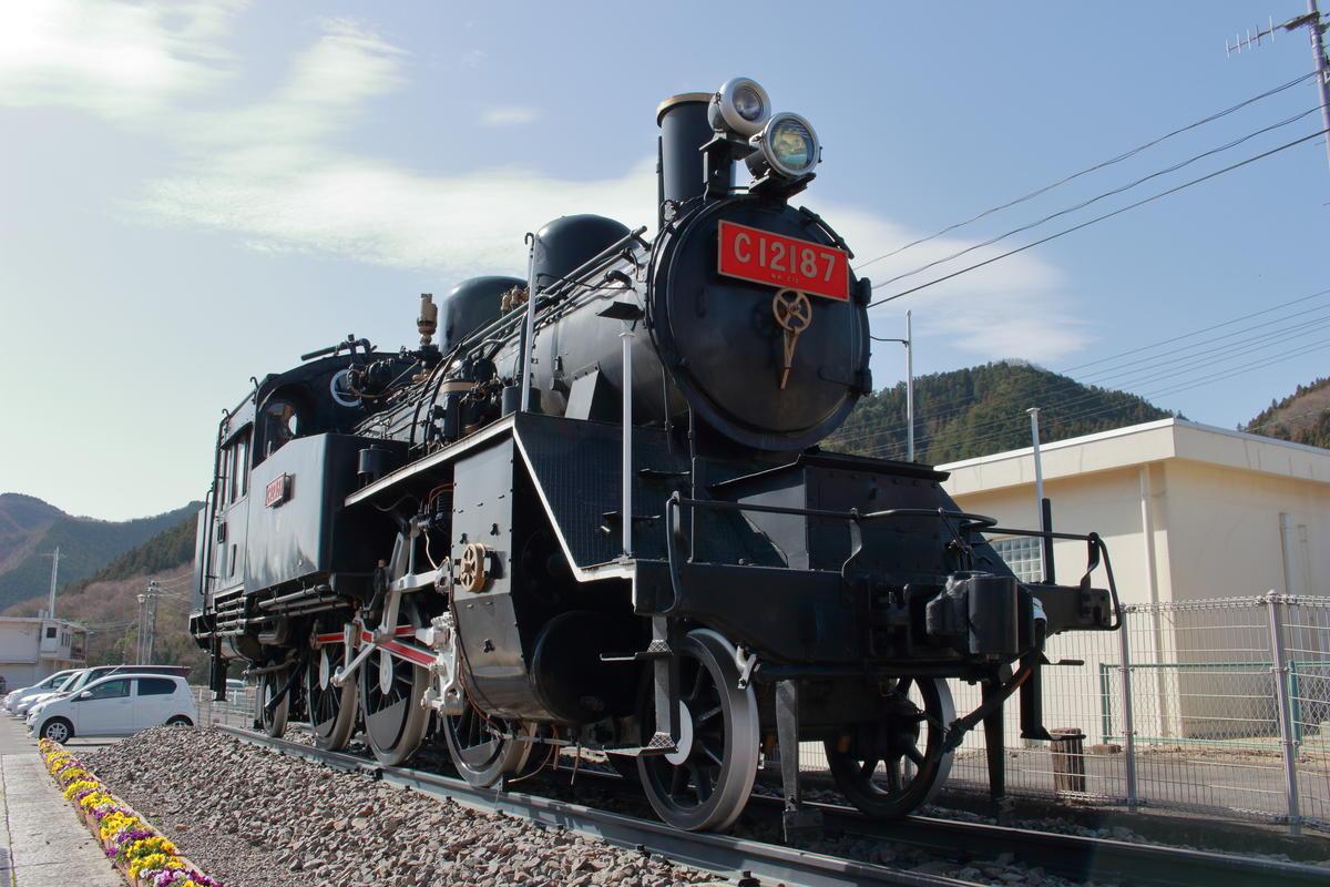 常陸大子駅前に保存されている蒸気機関車「C12 187」