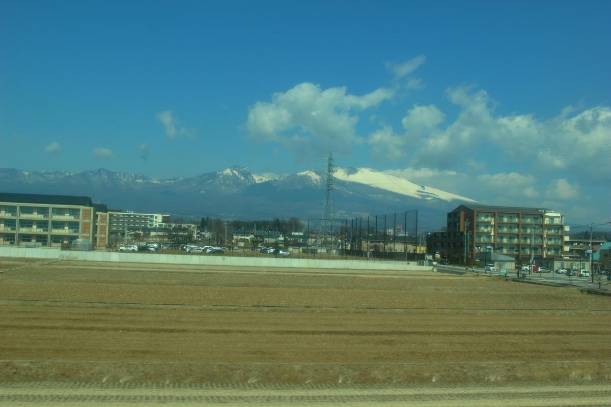 冬~春は雪を冠した浅間山を見ることができます