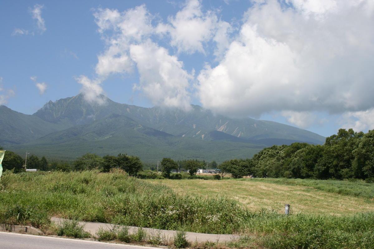 小海線の線路沿いからは高原野菜の畑の向こうに八ヶ岳が!