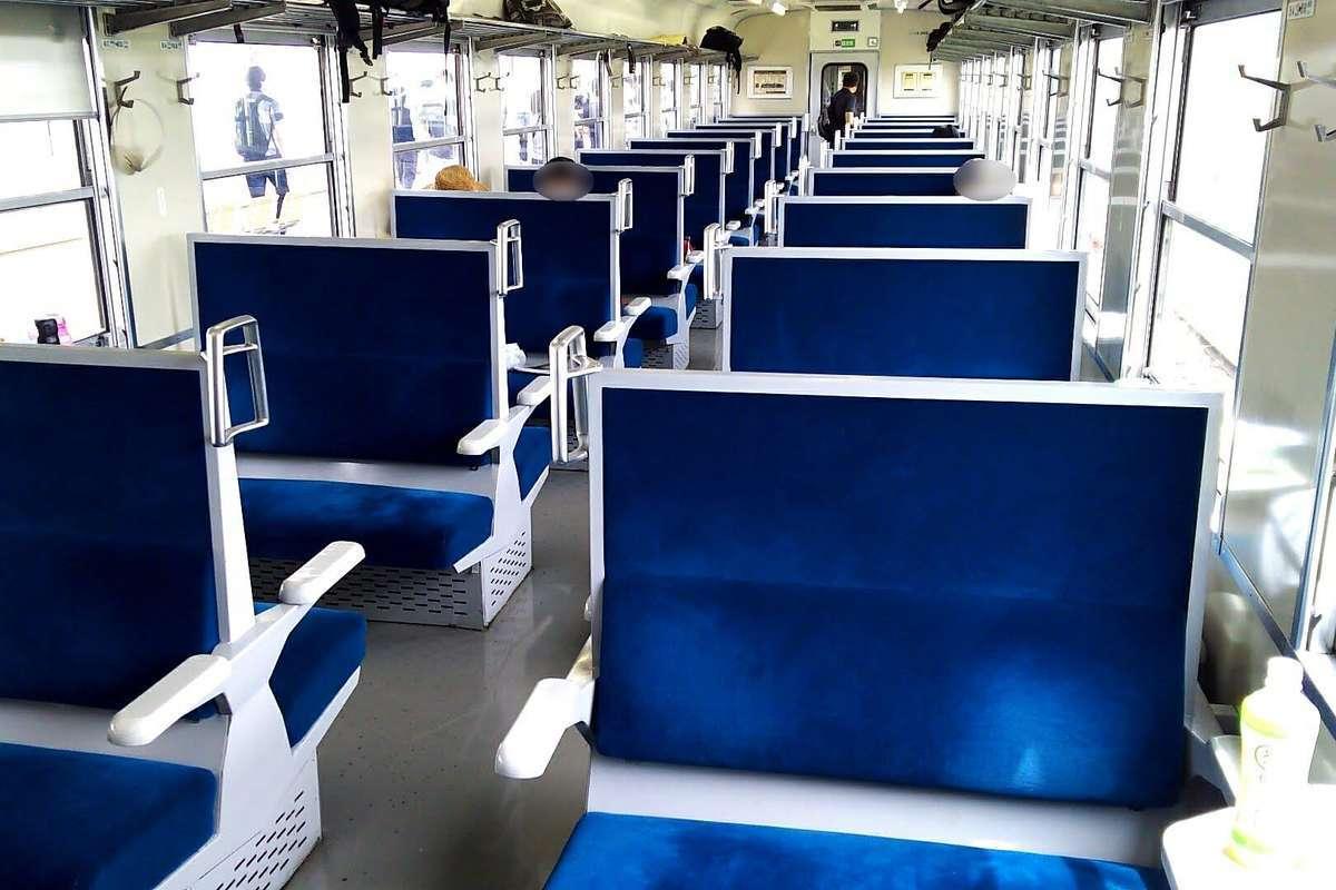 「SLぐんまみなかみ」の客車、4人掛けのボックスシートが並びます