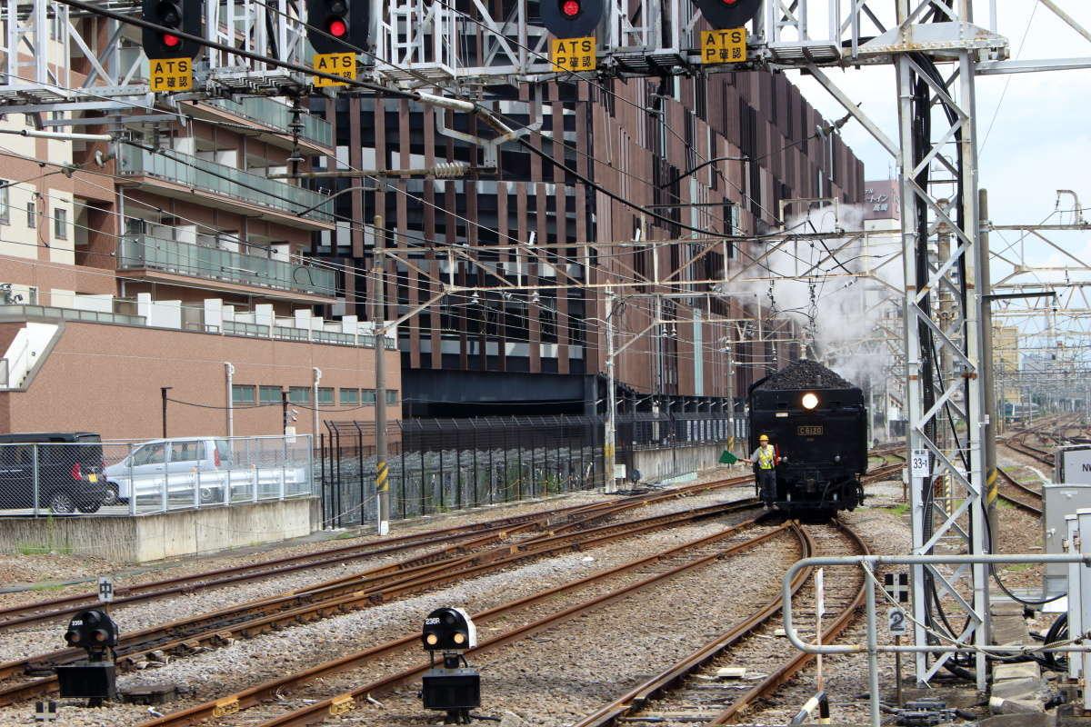 高崎駅の2番ホームにバックで入線する蒸気機関車「C6120」