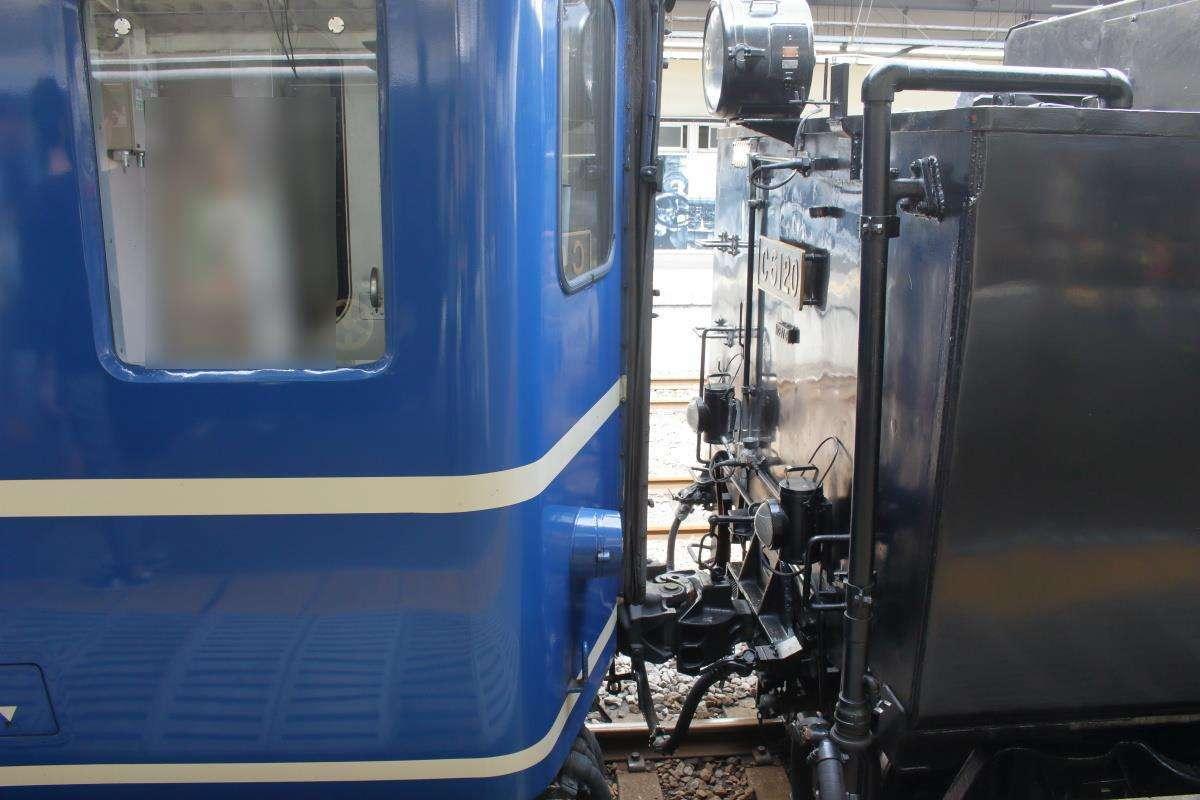 先に入線していた客車と蒸気機関車を連結!