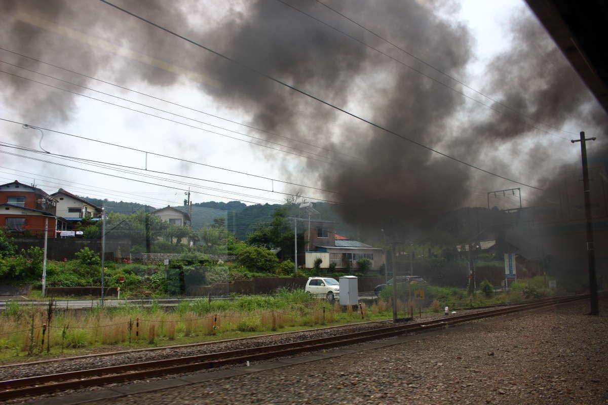 上越線の上り勾配の区間では爆煙に! 車窓にも流れていく黒煙が見られます
