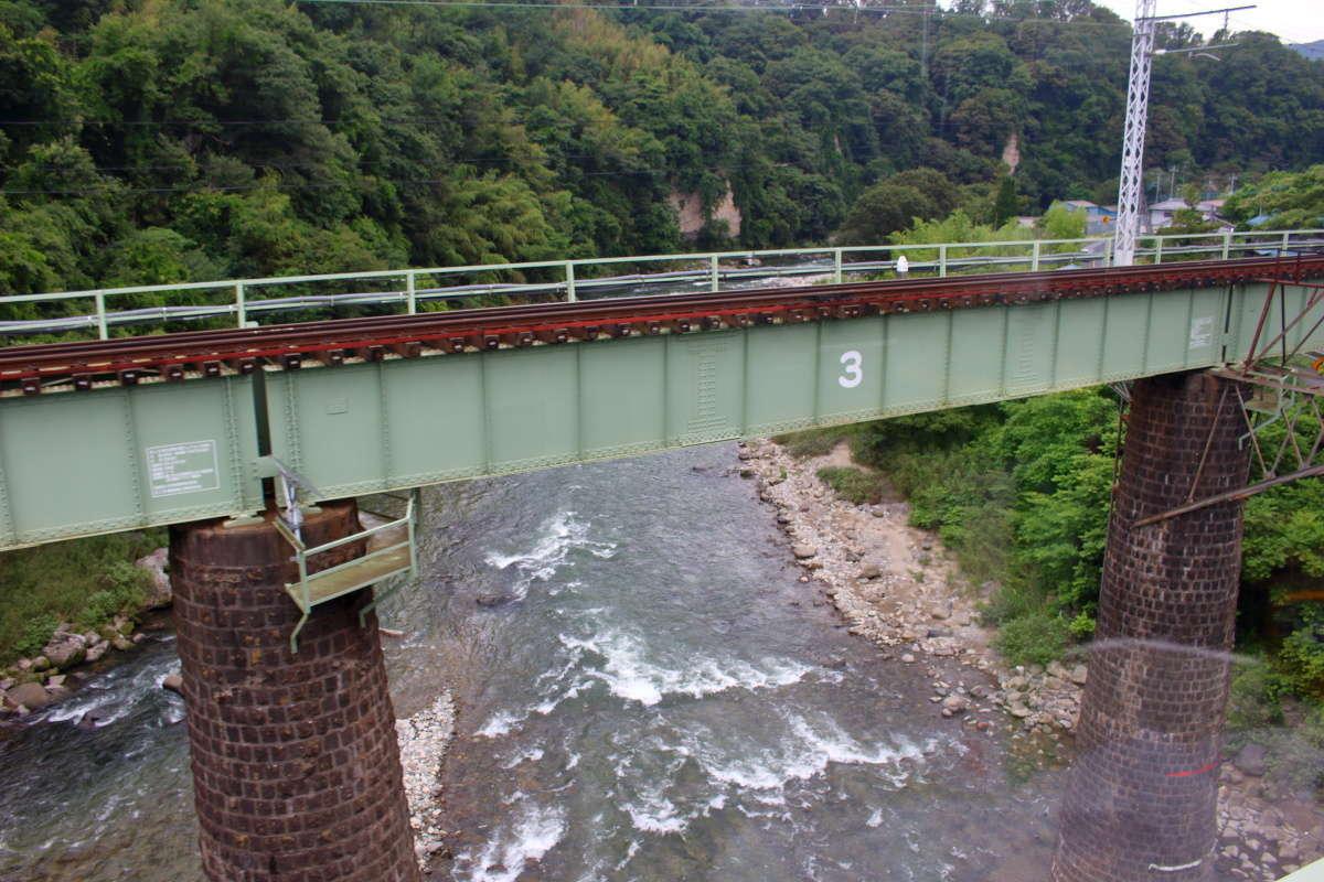 円形の橋脚が特徴的な第五利根川橋梁を渡ります