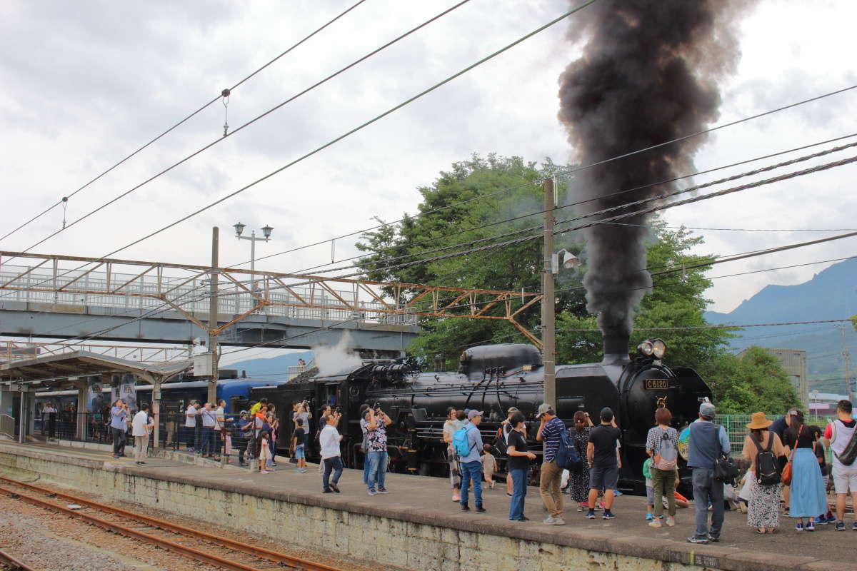 沼田駅停車中に黒い煙を勢いよく吐き出すSL