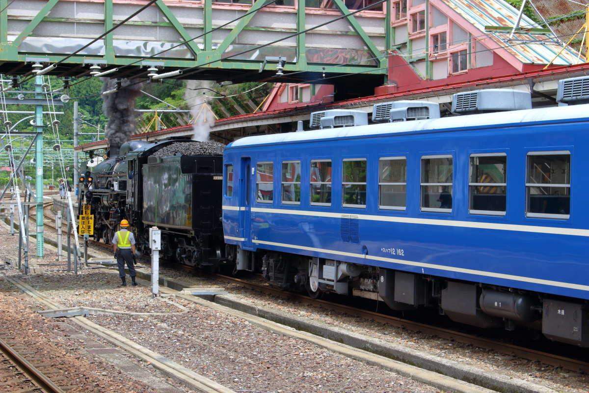 水上到着後、すぐに客車と蒸気機関車が切り離されます