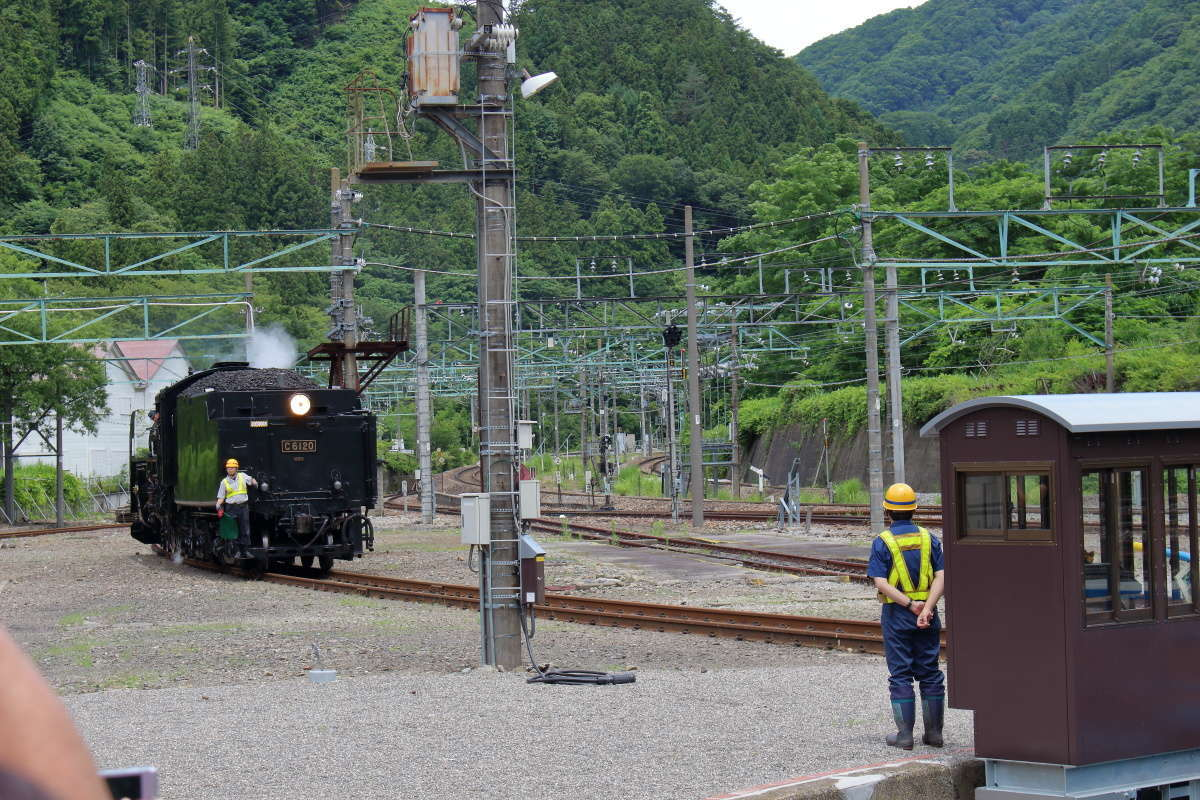 ポイントを通ってバックで転車台へ入線する蒸気機関車