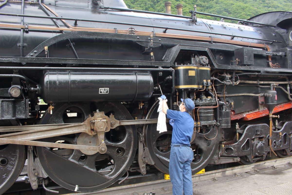 蒸気機関車のメンテナンス作業中 動輪が大きい!
