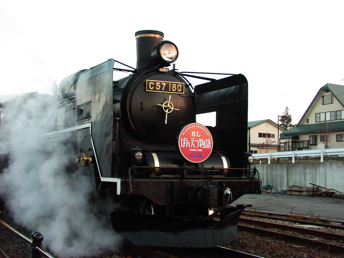 磐越西線を走る「SLばんえつ物語」の蒸気機関車「C57 180」