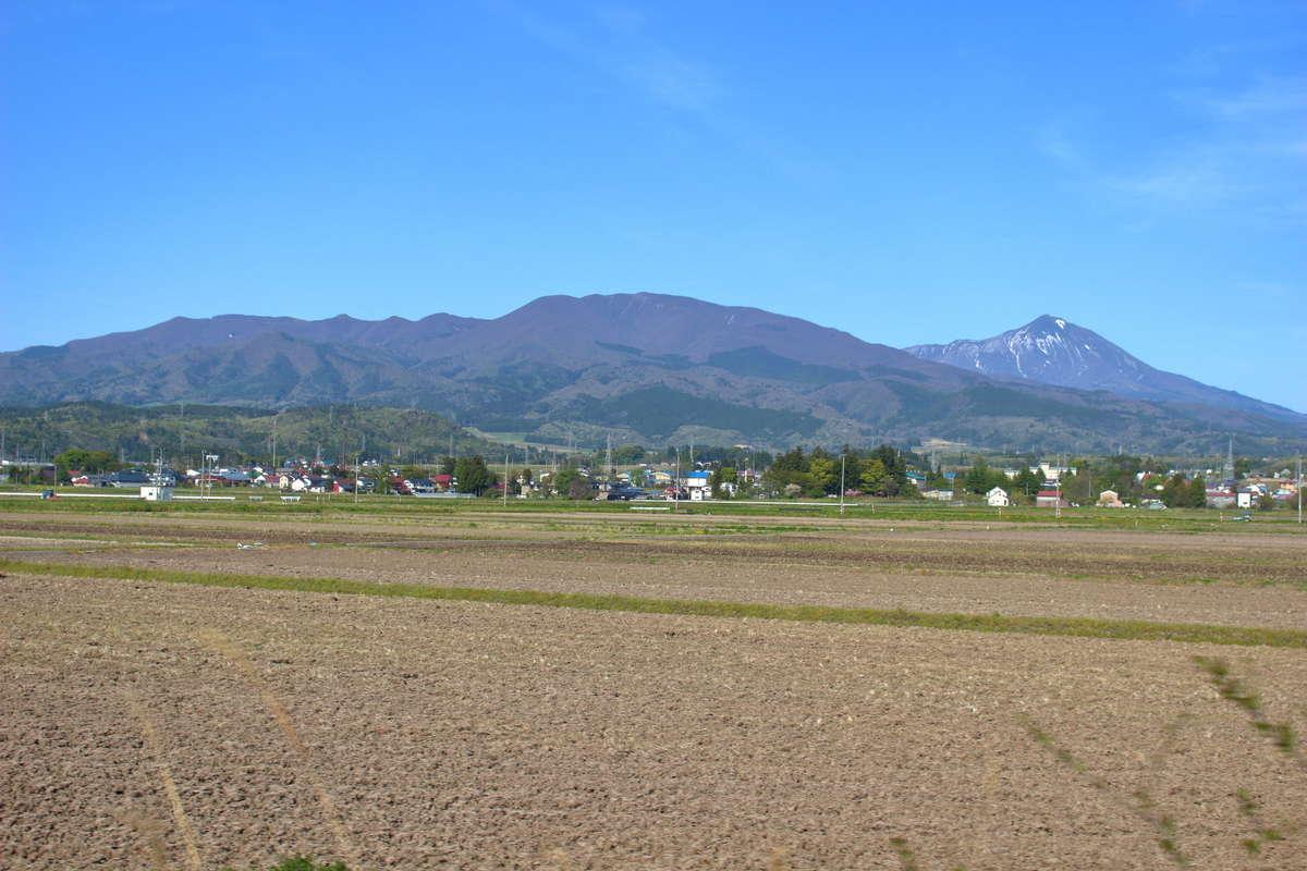 会津若松~喜多方間では磐梯山を間近に眺めることができます