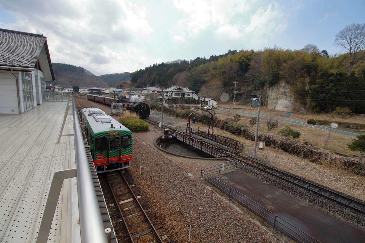 茂木駅2階の展望スペースからは駅構内が一望! SLの整備作業もバッチリ!
