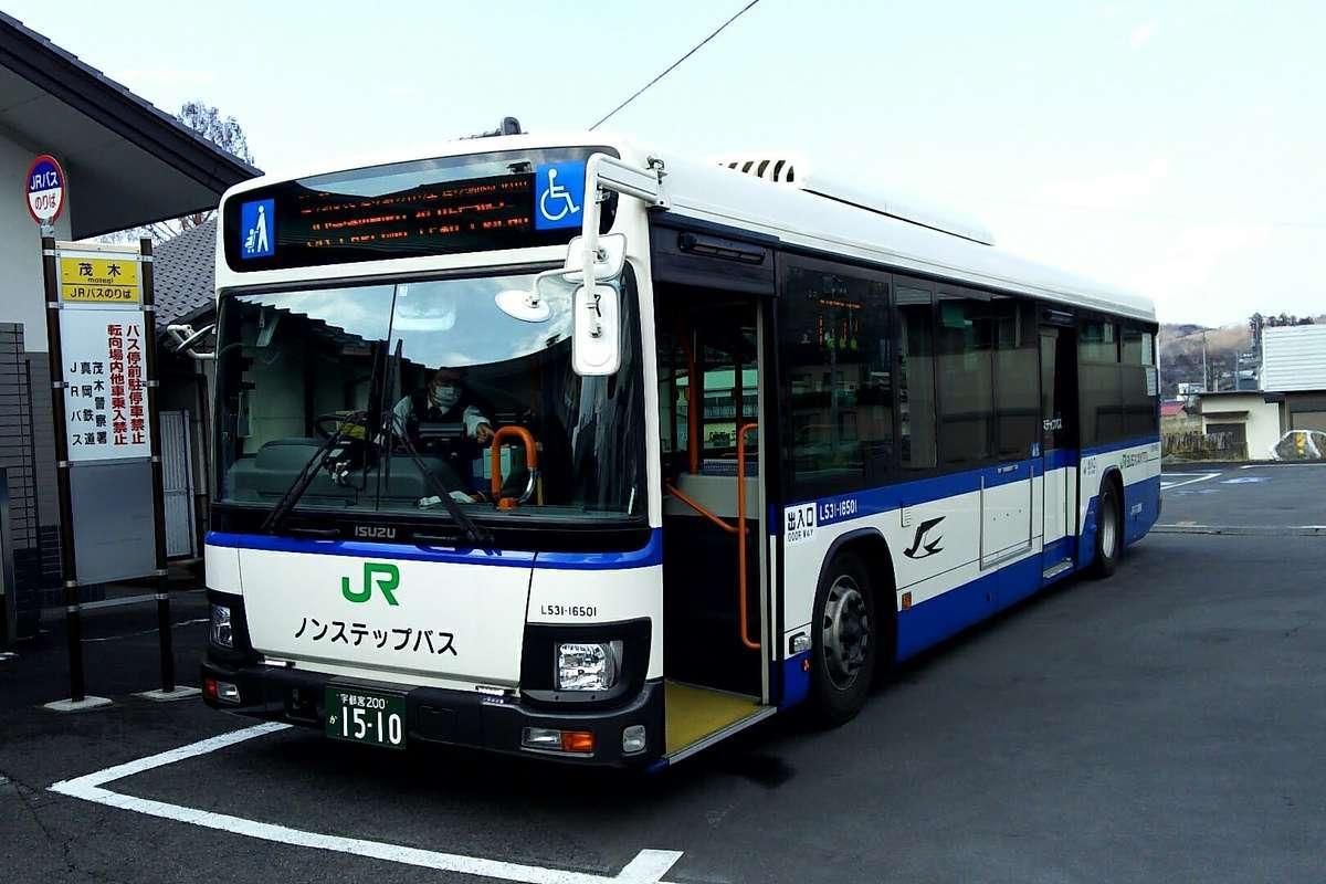 宇都宮経由、作新学院前行きの路線バスがやってきました