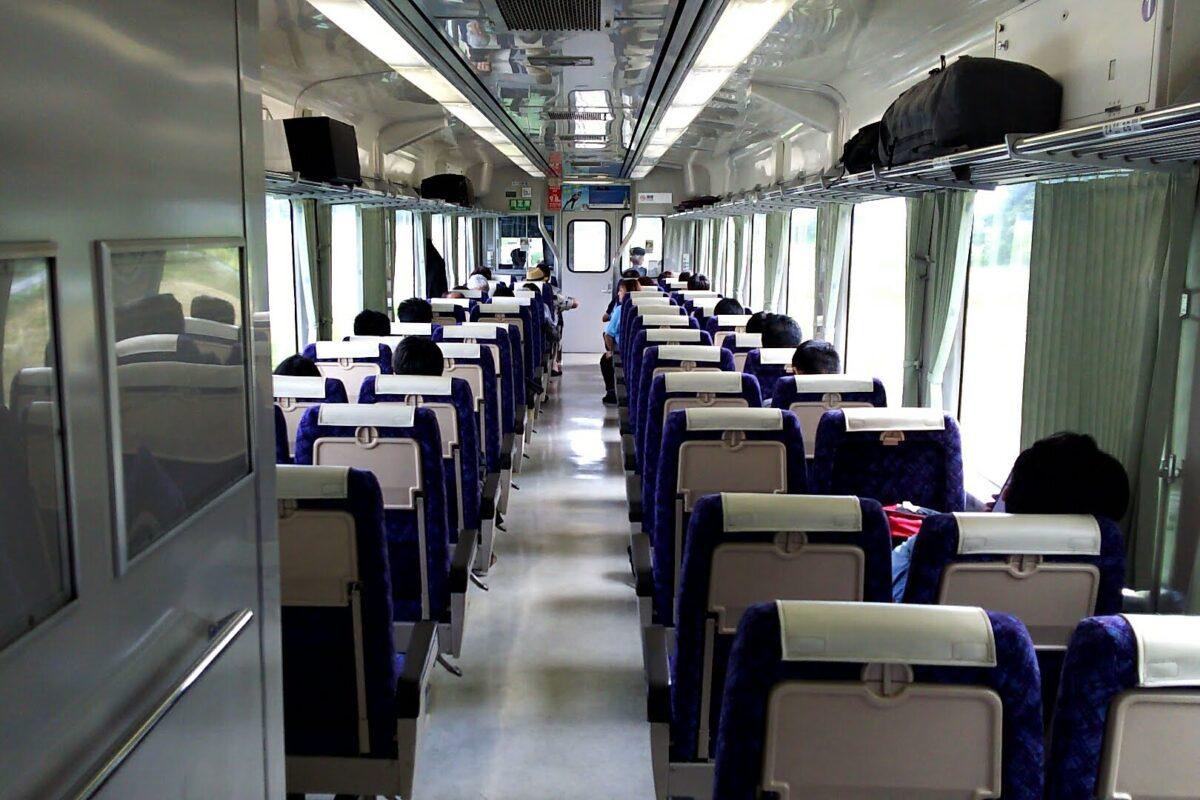 リクライニングシートが並ぶキハ110系の車内