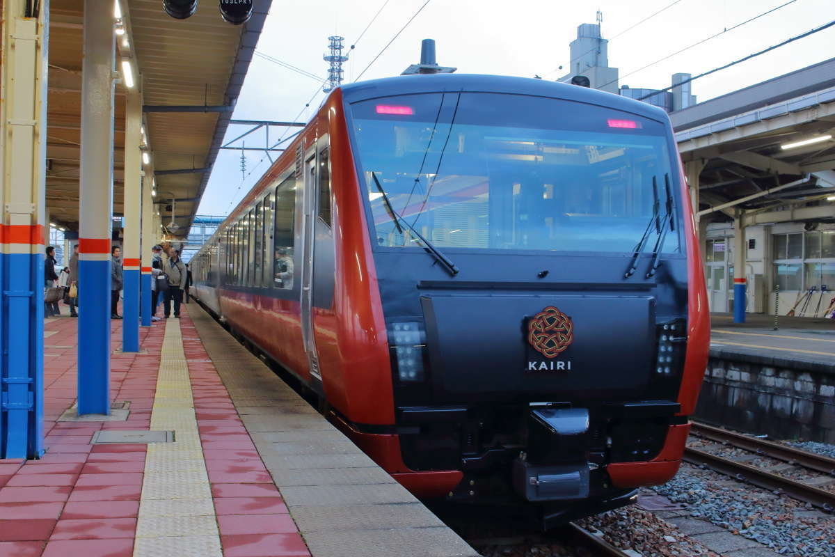 羽越本線の新しい観光列車「海里」(JR東日本)