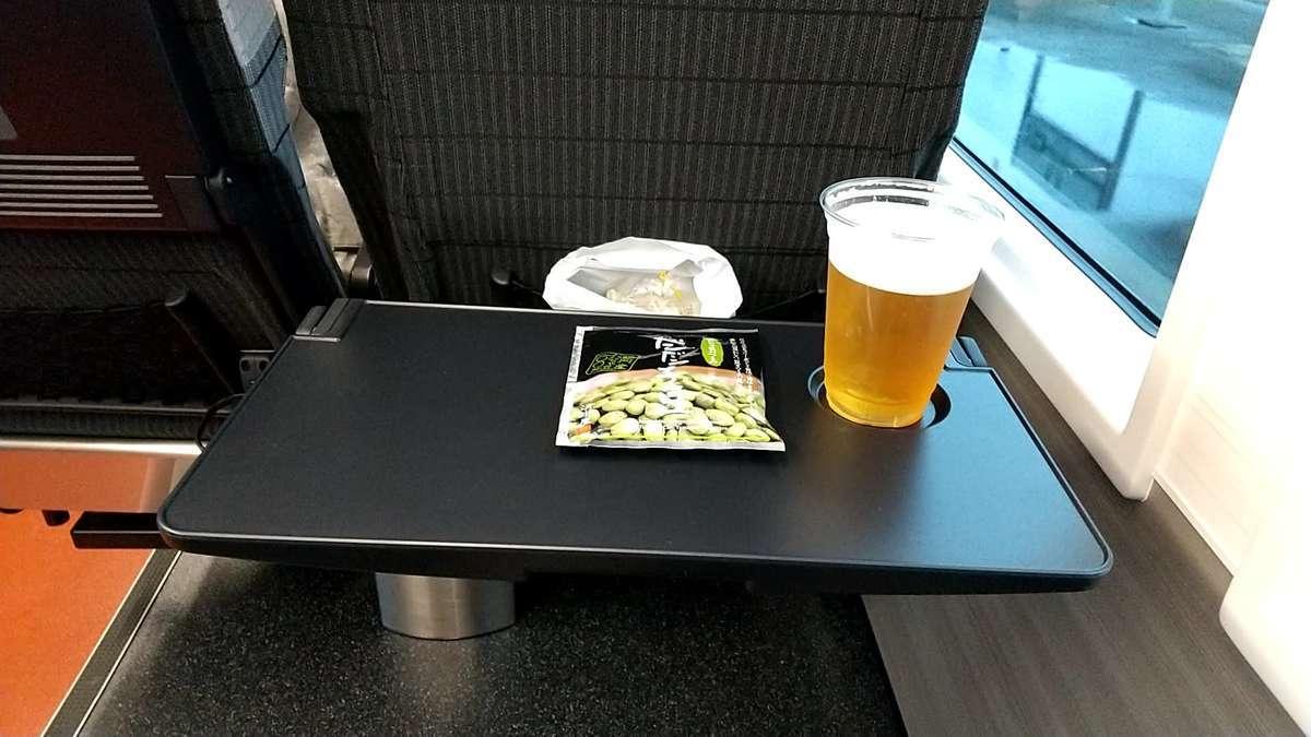 「海里」リクライニングシートの背面テーブル