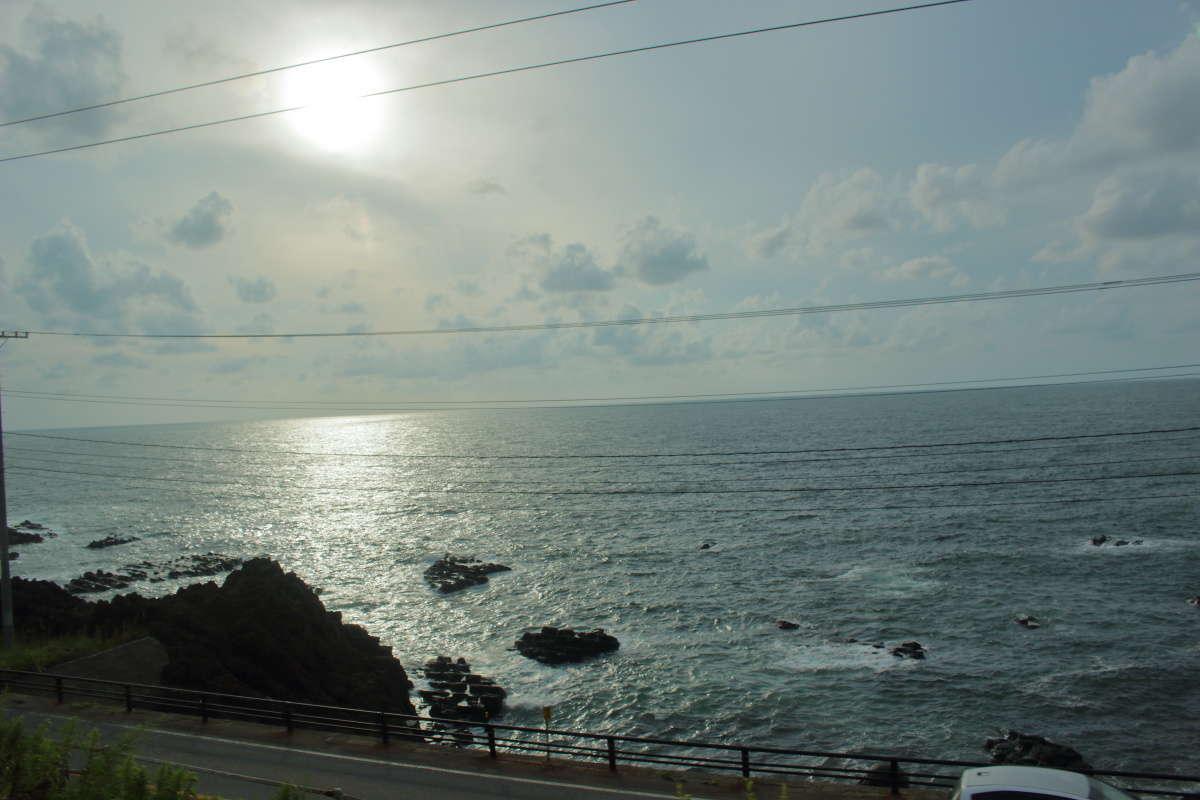 上り「海里」では日本海に沈む夕陽を眺めることができます