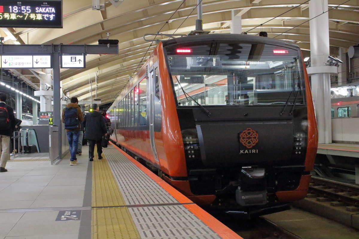「海里」と記念撮影する人で混雑する新潟駅5番ホーム