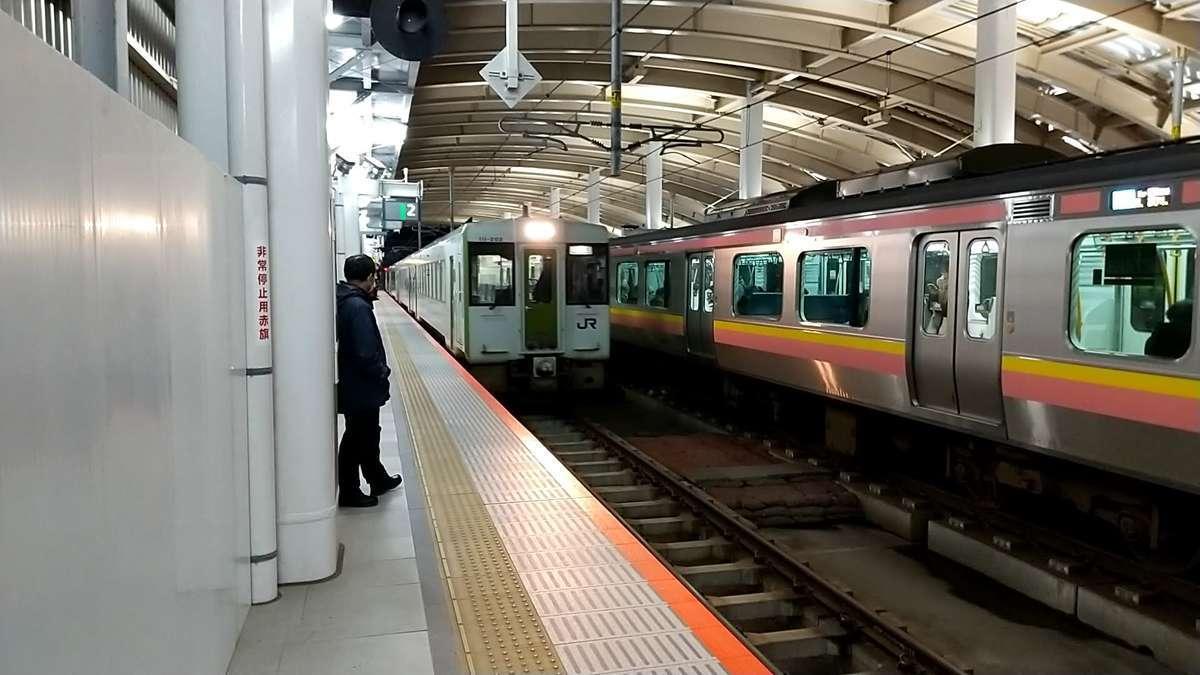新津方から入線してくる磐越西線「242D」