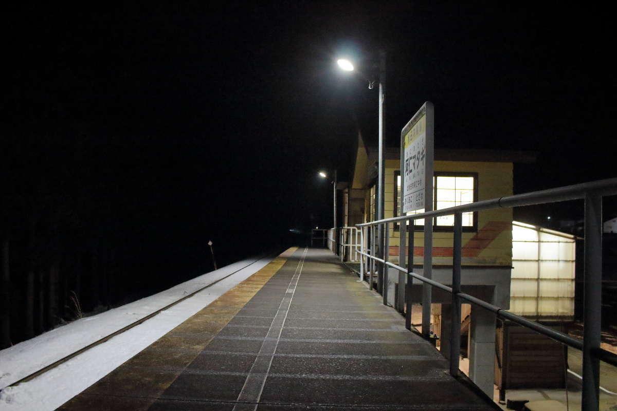すでに真っ暗な阿仁マタギ駅のホーム